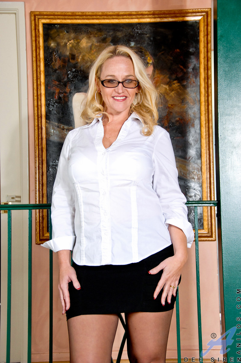 Dee Siren Busty Mature Blonde in Stockings Sits on a Dildo