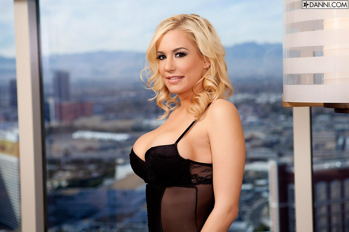 Mariah Madysinn Offers Busty View From High Rise