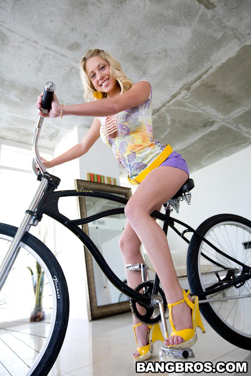 Shawna Lenee Blonde Cutie Gets Feet Creamed