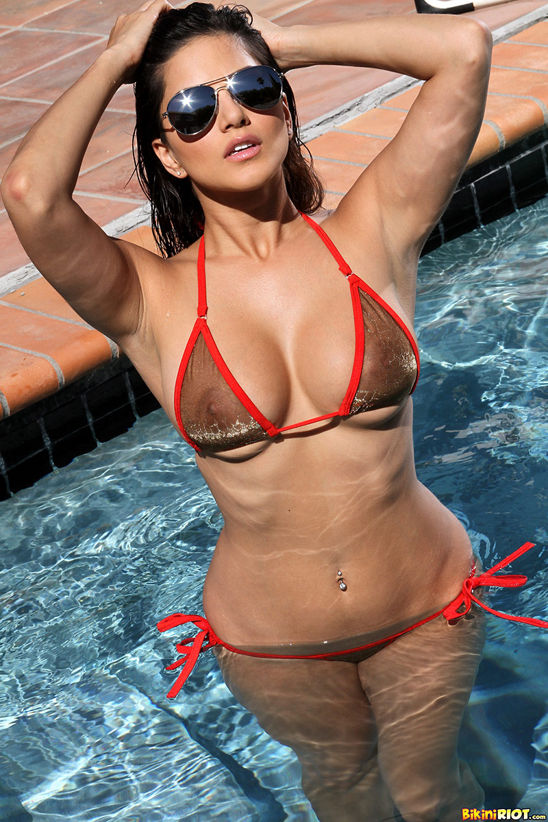 Sunny Leone Indian Pornstar Bares Perfect Breasts at Pool